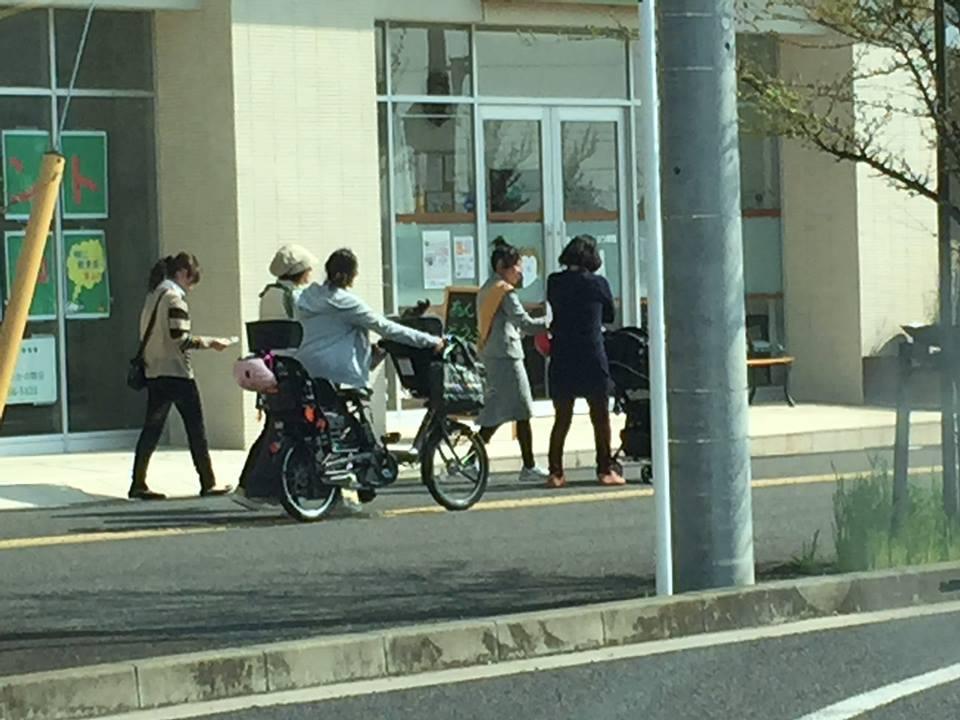 【87本目】幼稚園のバスを待つママ達